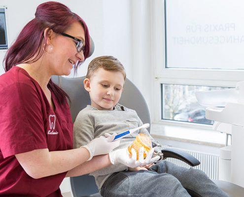 Mit einer kindgerechten Erklärung nehmen wir die Angst vor dem Zahnarzt und erklären, wieso Zahnprophylaxe wichtg ist.