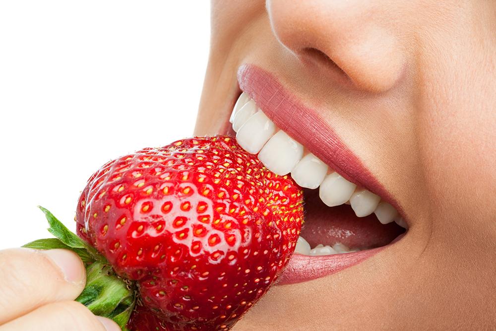 Mit unserem Zahnbleaching bekommen Sie nicht nur weißere Zähne, sondern steigern auch Ihre Lebensfreude.